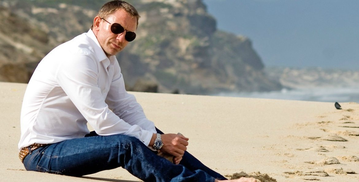 Daniel Craig elegant on the beach